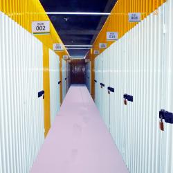 Foto do corredor do self Storage com pintura epóxi e resina de auto nivelamento