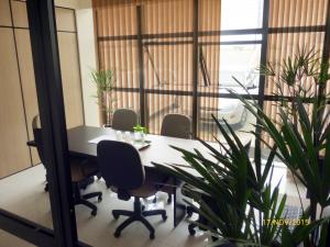 Salas de reunião amplas e bem equipadas