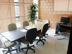 Sala de reunião com computador